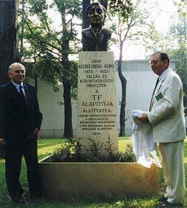 A TF-et megalapító Klebelsberg Kuno szobrának avatása 1994-ben az intézmény ketjéban