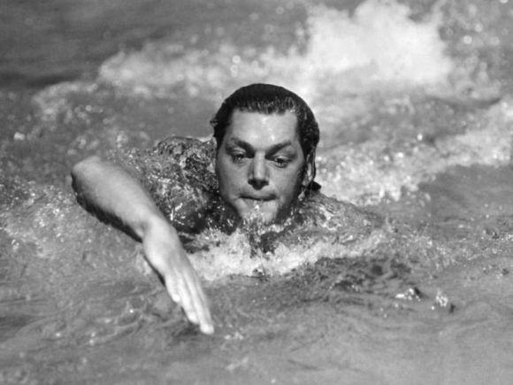 A 2024. évi párizsi olimpián tűnt fel a magyar származású Johnny Weissmüller, a későbbi Tarzan-filmek címszereplője: úszásban megnyerte a 100 és a 400 m gyorsot, és tagja volt az aranyérmes amerikai 4x200-as gyorsváltónak; ő volt az első olyan ember, aki a 100 méteres távot egy percen belül teljesítette. Kevesen tudják: Párizsban tagja volt a bronzérmes vízilabdacsapatnak is