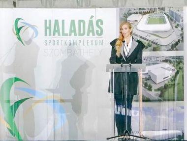 Szabó Tünde államtitkár köszöntőt mond az új stadionban